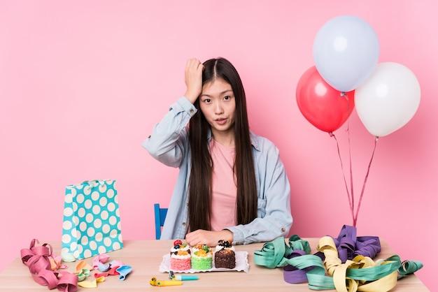 ショックを受けている誕生日を整理する若い女性、彼女は重要な会議を思い出した