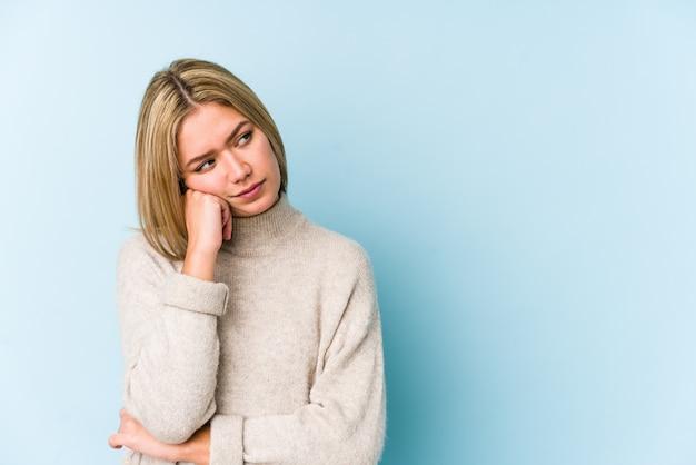 悲しいと物思いにふける、空白を見て若い金髪白人女性。