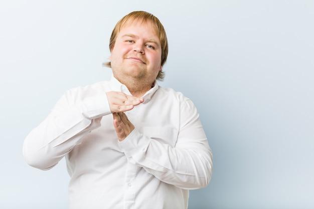 Молодой аутентичный рыжий мужчина показывает жест тайм-аут