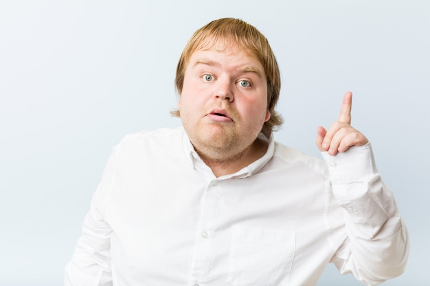 アイデアを持つ若い本物の赤毛の男
