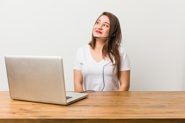 Молодая телемаркетер женщина мечтает о достижении целей и задач