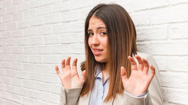Молодой бизнес женщина отвергает что-то делает жест отвращения