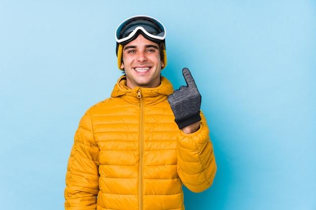 スノーボードゴーグルを着ている若いスキーヤー男