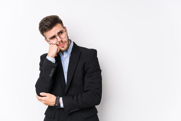 白い壁でポーズをとる若い白人ビジネスマン空白を見て悲しいと物思いにふける感じ若い白人ビジネスマン。
