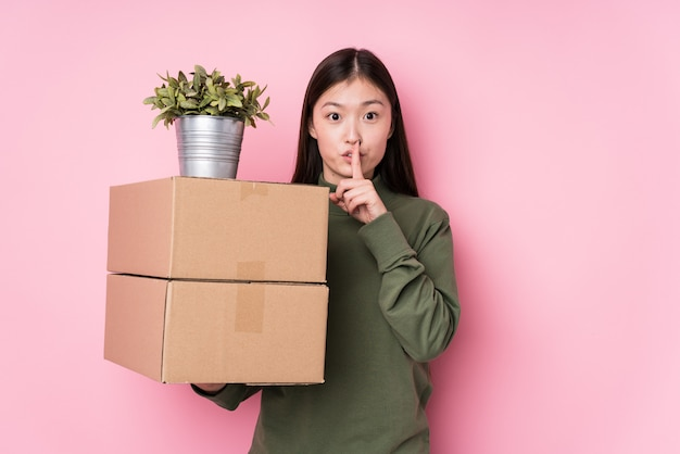 秘密を保持するボックスを保持している若い中国人女性