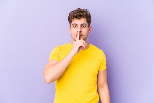 Молодой белокурый кудрявый мужчина держит секрет или просит молчать