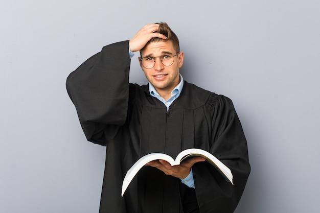 ショックを受けている本を持っている若い法学者は、彼女は重要な会議を覚えています。