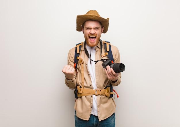 赤毛の若い探検家の男は驚いてショックを受けた