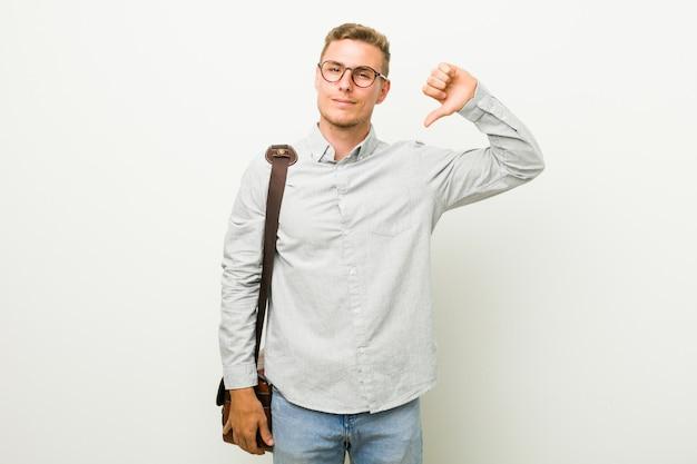 嫌いなジェスチャー、親指ダウンを示す若い白人ビジネスマン