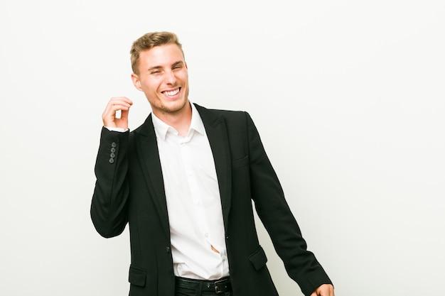 Молодой человек кавказской бизнес танцевать и веселиться.