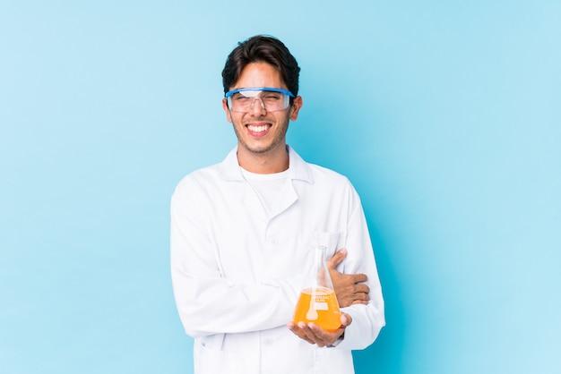 Молодой научный человек кавказской смеяться и веселиться.