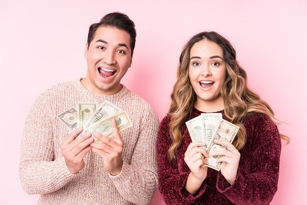 Молодая пара латинской холдинг долларов
