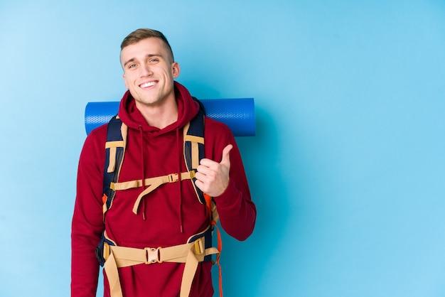 若い旅行者白人男笑顔と親指を上げる