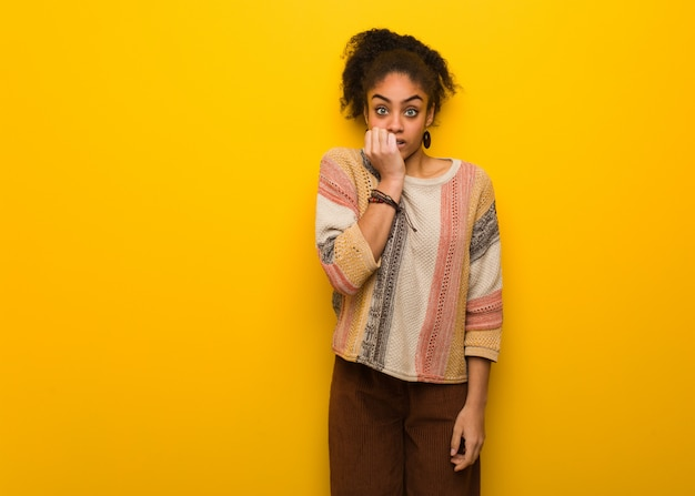 爪をかむ青い目を持つ若い黒人アフリカ系アメリカ人の女の子、神経質で非常に不安