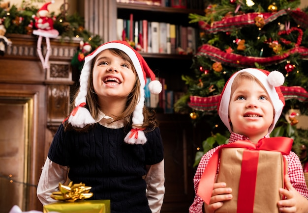 クリスマスの贈り物を保持朗らか子供