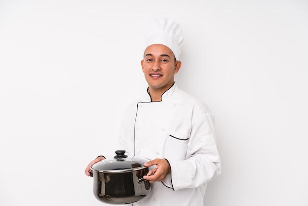 Молодой шеф-повар латинской мужчина приготовления
