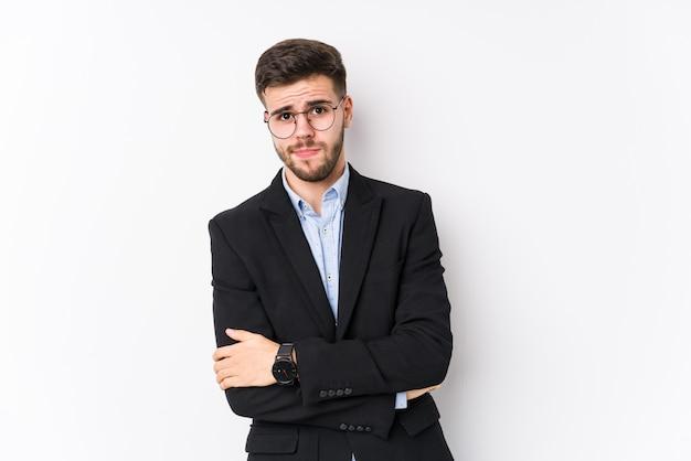 皮肉な表情でカメラで見て不幸な若い白人ビジネスマン。