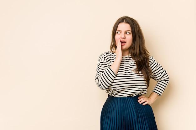 Молодая соблазнительная женщина говорит секретные горячие новости о торможении и смотрит в сторону