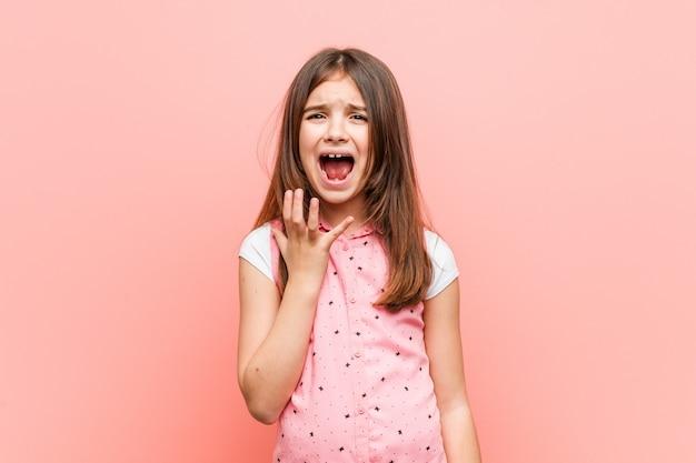 怒りで叫んでいるかわいい女の子