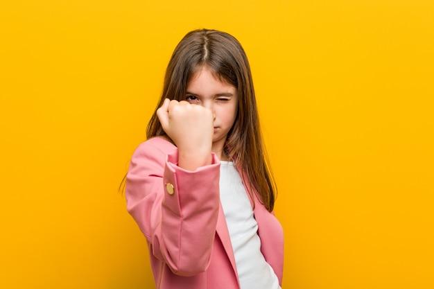 小さな女の子を示す拳