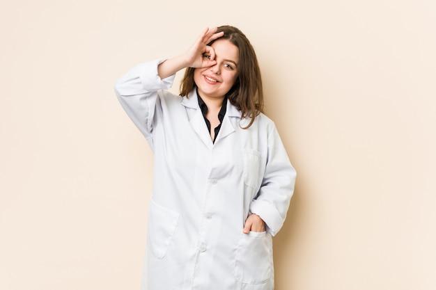 Молодой доктор женщина рады держать хорошо жест на глаз.