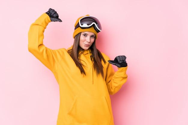 孤立した若い白人スキーヤーの女性は、誇りと自信を持って、次の例です。