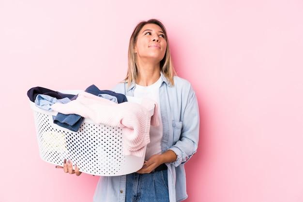 目標と目的を達成することを夢見て汚れた服を拾う若い白人女性