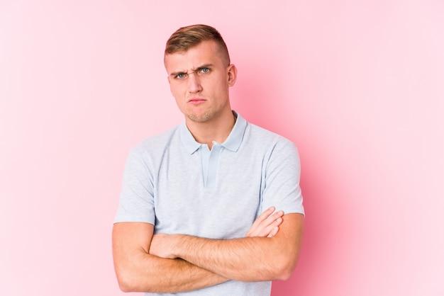 皮肉な表情でカメラで見て不幸な若い白人男。