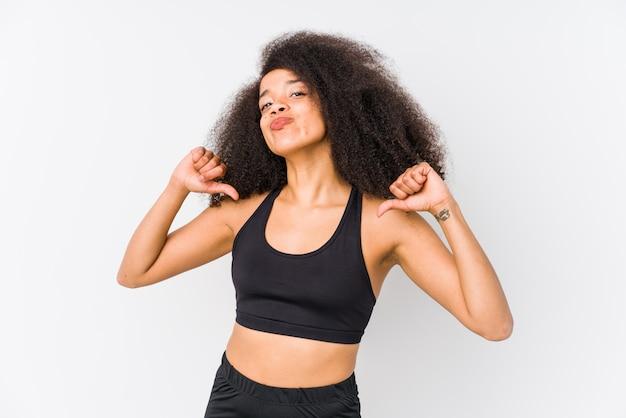 若いアフリカ系アメリカ人のスポーティな女性は、誇りに思って、自信を持って、次の例です。