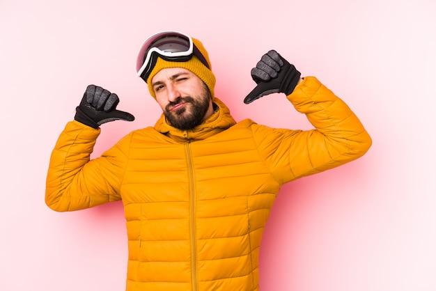 孤立した若いスキーヤーの男は誇りに思って、自信を持って、次の例です。