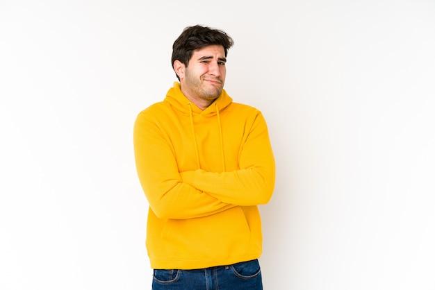 皮肉な表現に不満の白で隔離される若い男。