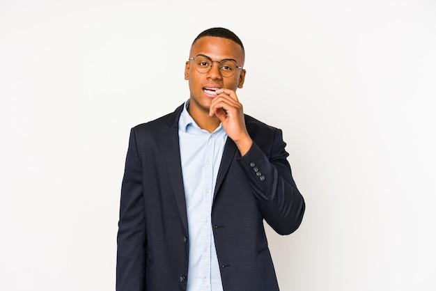 若いビジネスラテン男は爪をかむ白で隔離され、神経質で非常に心配しています。