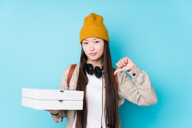 孤立したピザを保持している若い中国人女性は、誇りに思って自信を持っていると感じています。