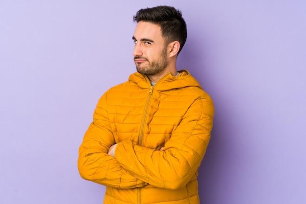 皮肉な表現に不満の紫に分離された若い白人男。