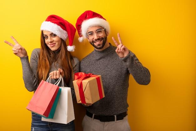 恋人、友人、プレゼント、ショッピングバッグ、勝利のジェスチャー