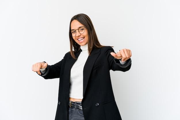 Молодая бизнес-леди смешанной гонки изолированная на белизне поднимая оба большого пальца руки вверх, усмехающся и уверенно.