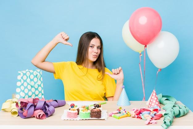 誕生日を整理する若い白人女性は誇りと自信を感じています。