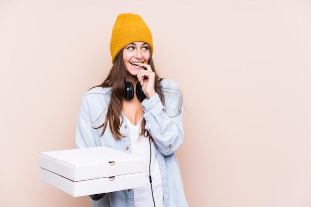 ピザを保持している若い白人女性は、空白を見て何かについて王をリラックスさせました。