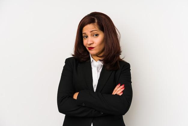 中年ラテンビジネスの女性は皮肉な表現に不満を分離しました。