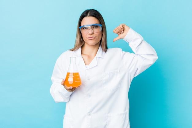 科学の若い女性は、誇りと自信を持っていると感じています。