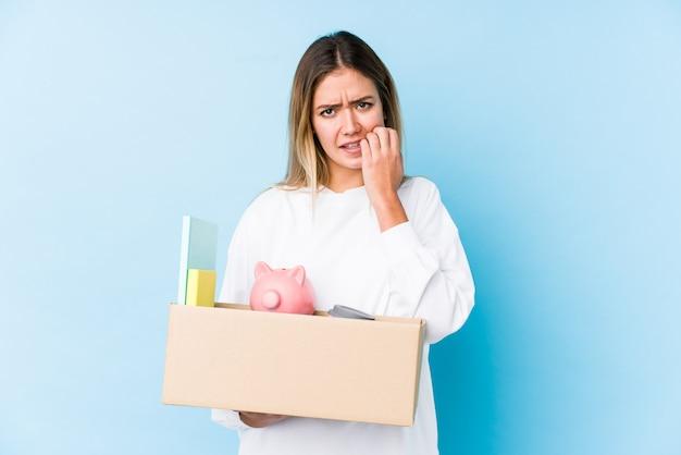 若い白人女性は、爪を噛んで家に移動し、神経質で非常に心配しています。