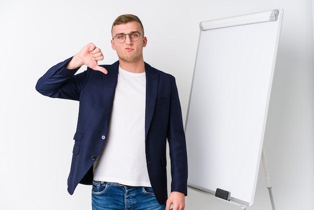 親指ジェスチャー、嫌いなジェスチャーを示すホワイトボードを示す若いコーチング男。