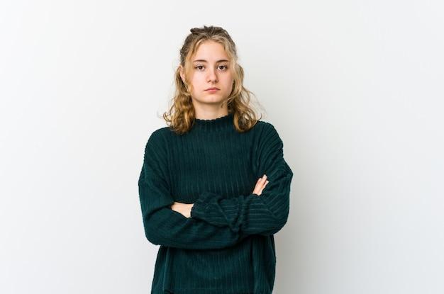 白い壁に若い白人女性が退屈