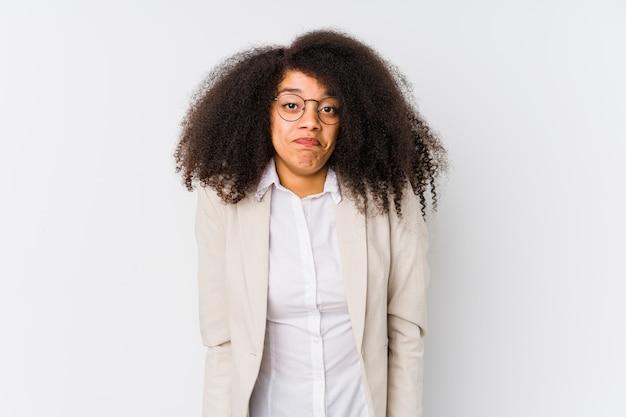 Молодая афро-американская бизнес-леди пожимает плечами плечи и смущает открытые глаза.