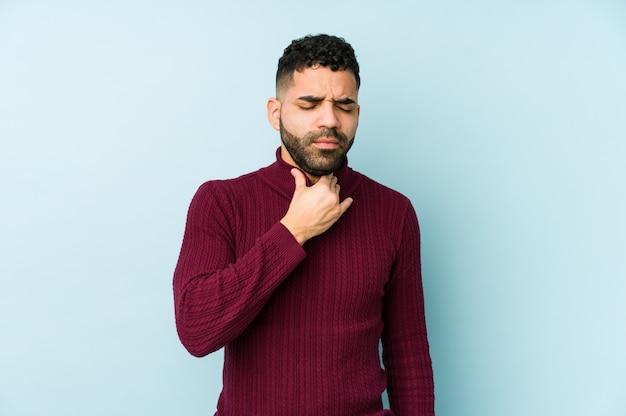 混血の若いアラビア人がウイルスにより喉の痛みに苦しむ
