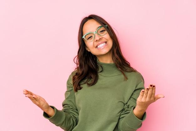 Молодая испанская женщина показывая радушное выражение.