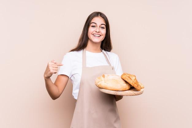 Молодой человек кавказской пекарь изолированных человек, указывая вручную на рубашку копирования пространство, гордый и уверенный