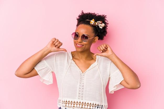 孤立した若いアフリカ系アメリカ人の流行に敏感な女性は誇りに思って、自信を持って、次の例です。