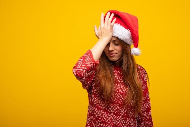 Молодая женщина, одетая в шляпу санта, забывчивая, понимает что-то