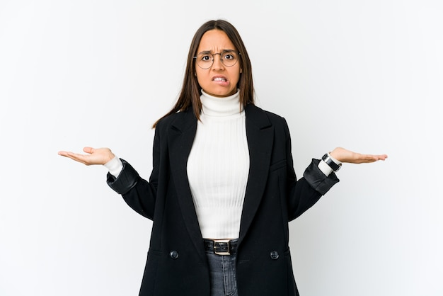 コピースペースを保持するために白の混乱と疑わしい肩をすくめる肩に分離された若い混血ビジネス女性。
